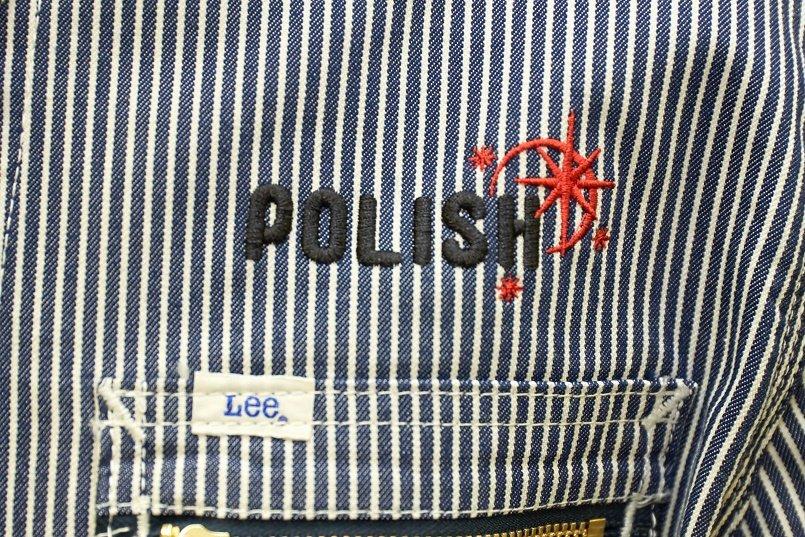 ジップアップジャケットの左胸にロゴマークを刺繍