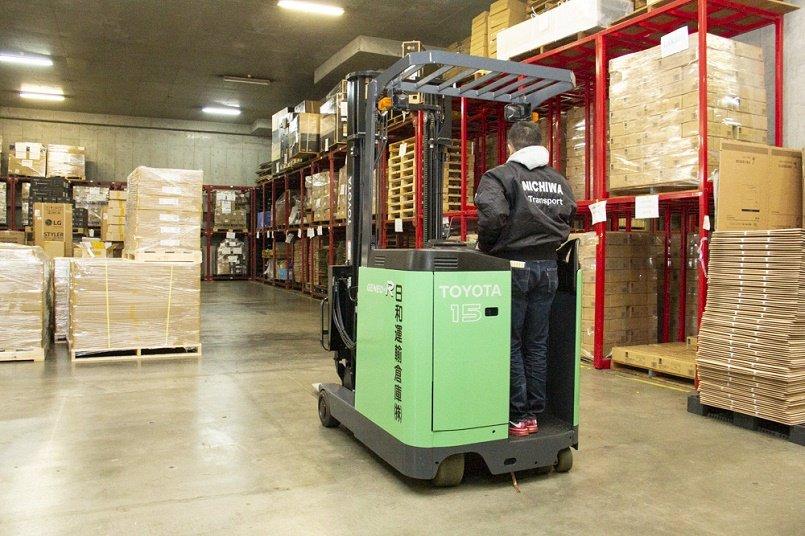 さまざまな製品や資材が整然と並ぶ広い倉庫