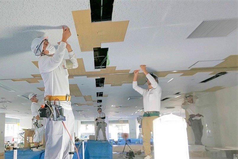 内装の仕上げに行う、天井岩綿吸音板仕上げ貼り施工