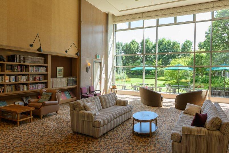 美しい中庭を望みながら読書を楽しめるライブラリー