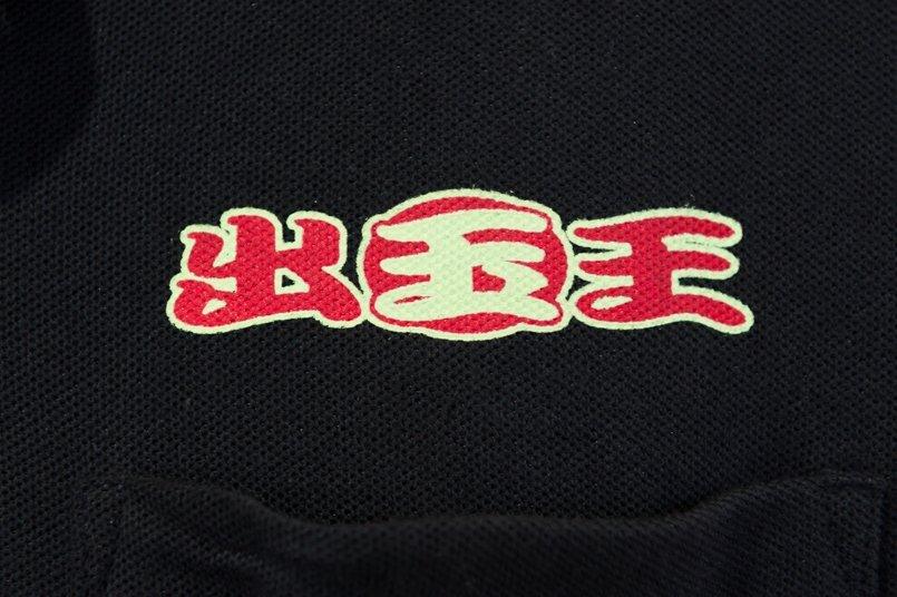 ポロシャツの左胸に蛍光イエローとレッドでロゴマークをプリント