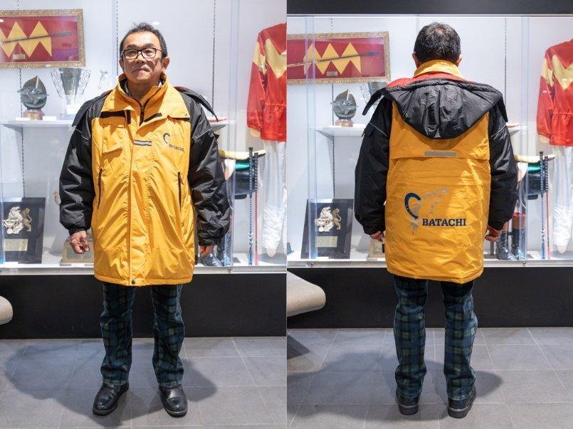 ロゴマークの位置が個性的な防風防寒コート