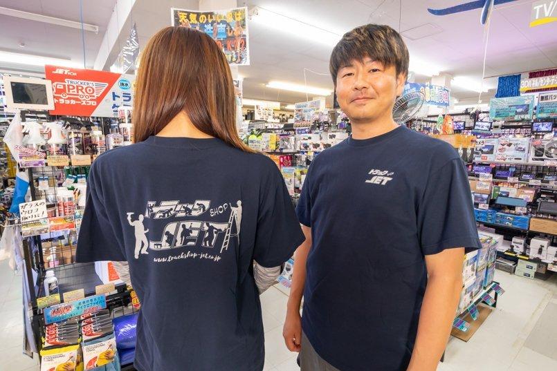 左胸にロゴマーク、背中にイラスト入りのTシャツ